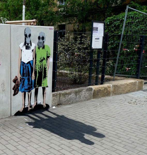 Mächen mit Gasmaske, mit Schatten - Stencil, Dresden
