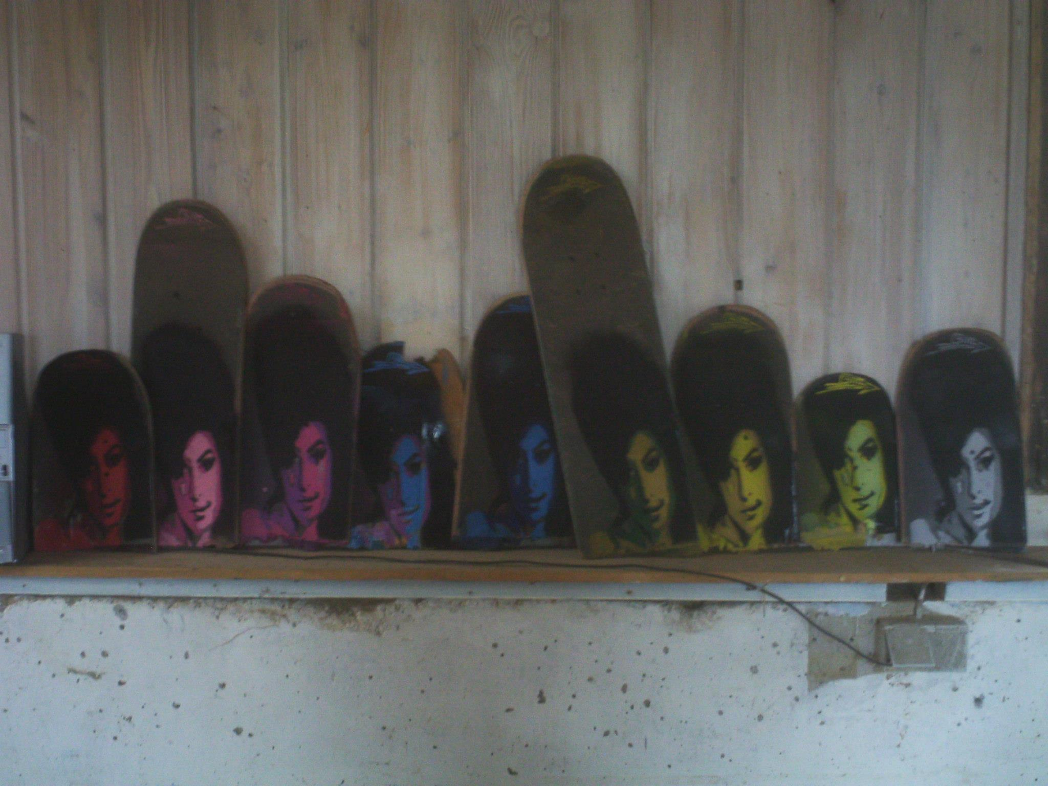 Ami Winehouse auf Skateboard-Decks - Stencil-Art von BÄM