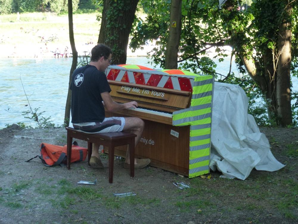 play me, i`m yours - Klavier als Streetart in München