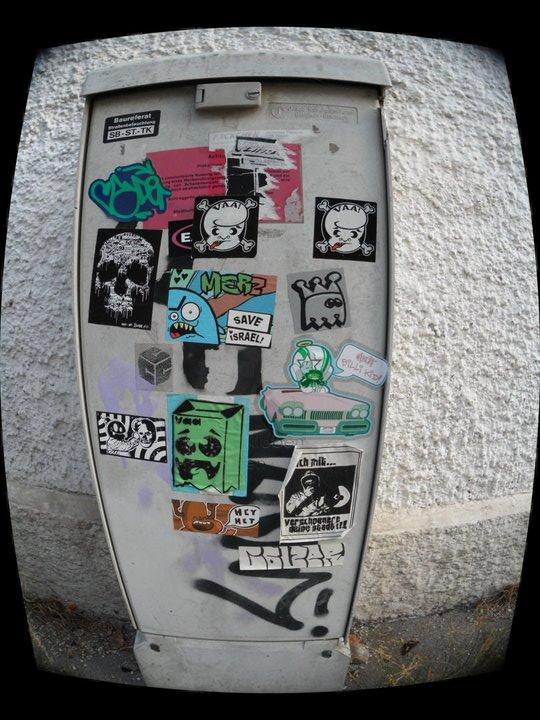 vaa - very ape art - und andere Sticker auf Tür (mit Froschlinse)