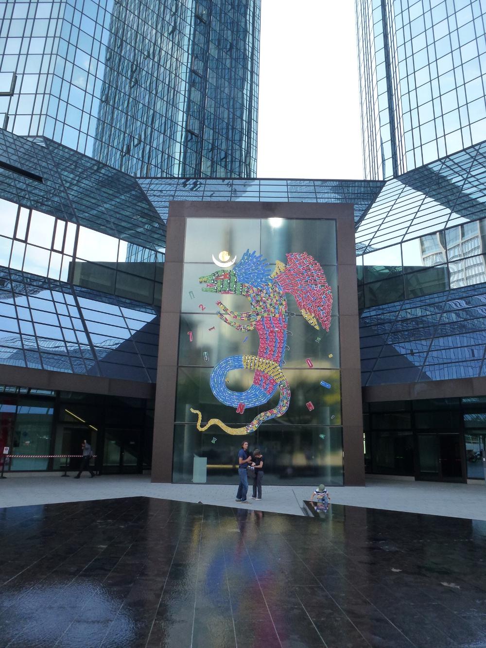 farbintensive Drachengestalt auf dem Glasportal der Zwillingstürme der Deutschen Bank - von Fefe Talavera