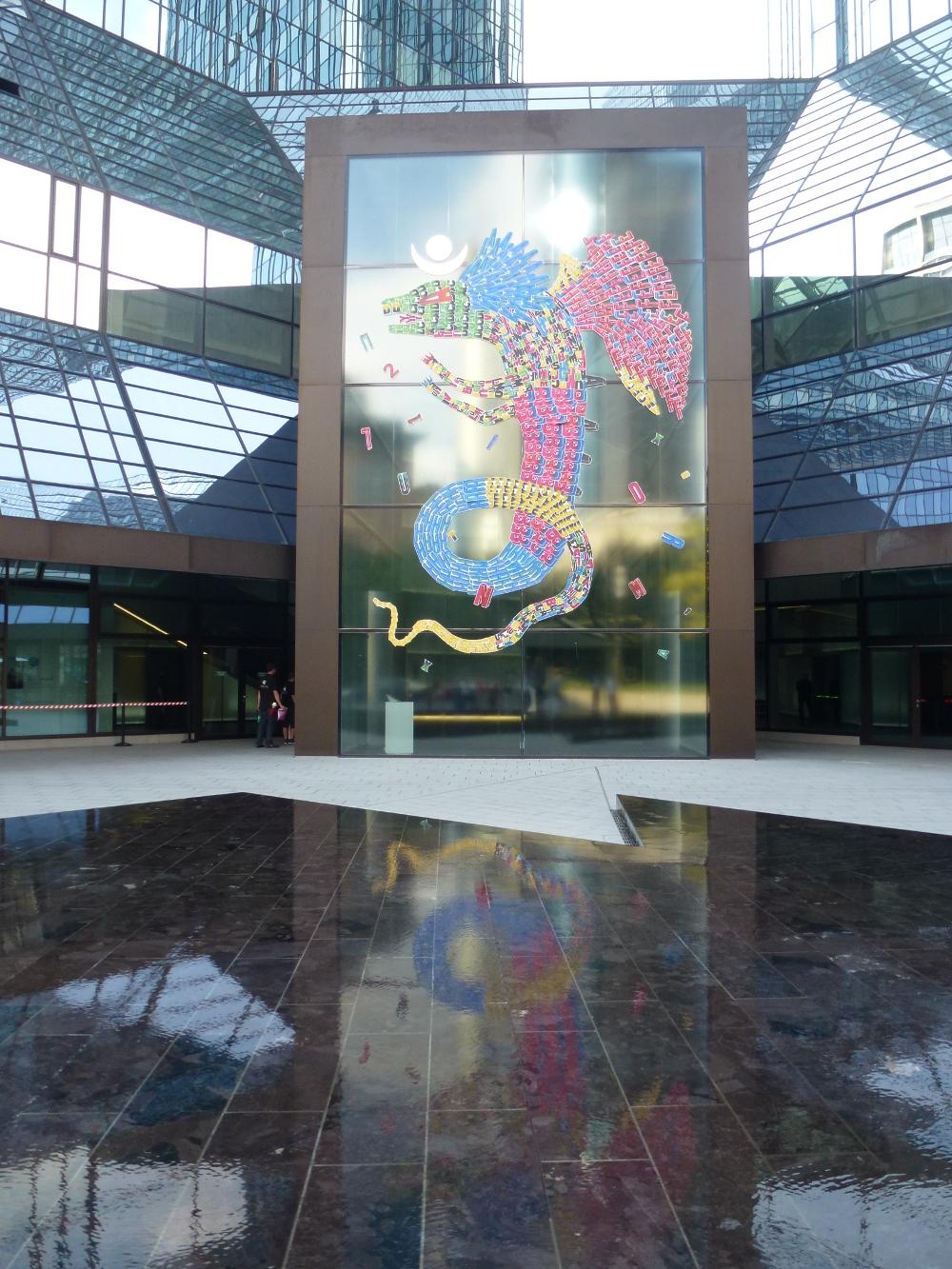 """farbenprächtigen """"Alebrijes - die traditionellen Monster-paintings von Fefe Talavera mit Spiegelung im Brunnen vor der Gebäude der Deutschen Bank in Frankfurt am Main"""