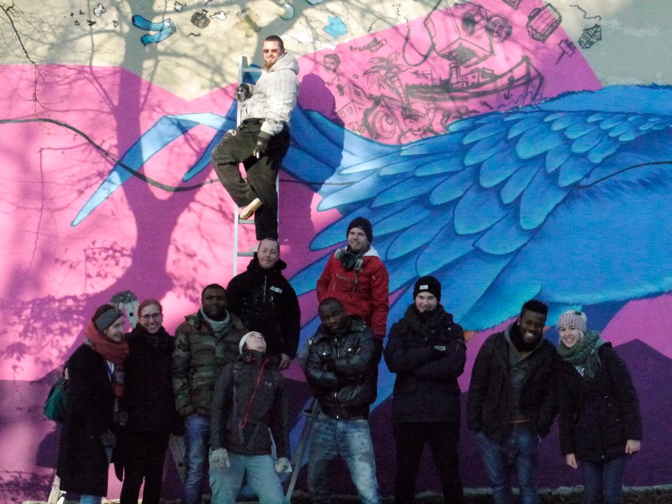 """Gruppenbild mit allen Beteiligten nach der Aktion: """"Der blaue Vogel goes Camp"""""""