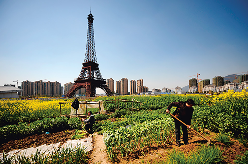 Die (im Maßstab verkleinerte) Kopie des Eifelturms, umgeben von Gärten und Wohnquartieren. ChinaFotoPress/ ChinaFotoPress via Getty Images