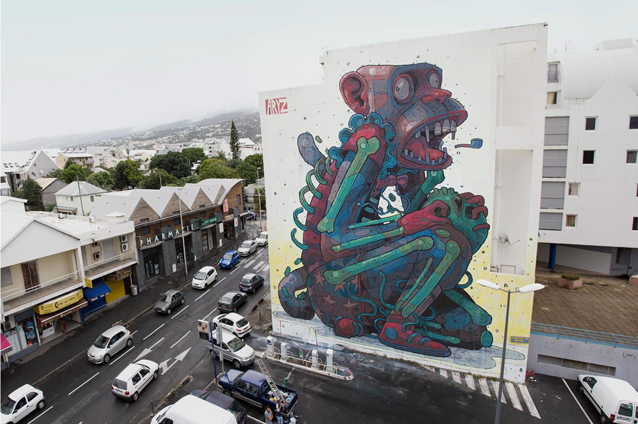 Geboren in Barcelona. Aryz ehört zur ganz jungen Generation der StreetArtists, beeinflusst Künstler weltweit mit seiner illustrativen Perfektion, der unverkennbaren Farbwahl und der melancholischen Poesie der Bildthemen, die immer gesellschaftsrelevant sind. Gigantische Murals von ihm sind überall auf dem Globus zu finden.