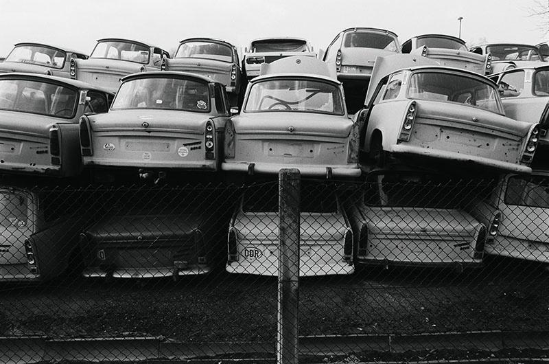 Bildunterschrift: Autohalde, Triebischtal bei Meißen, 1993 | Copyright: Harald Hauswald/OSTKREUZ