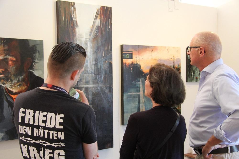Luc Freese vor seinen Arbeiten | Foto copyright by ARTMUC
