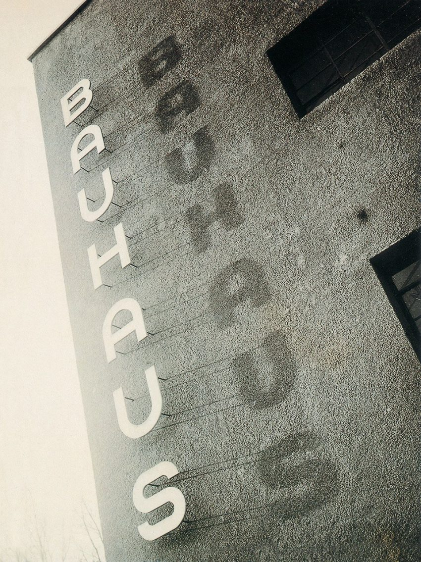 Seite 2 | Bauhaus lettering on the façade of the Bauhaus building in Dessau, ca. 1930 | Copyright: Bauhaus-Archiv, Berlin (inv. 7870)