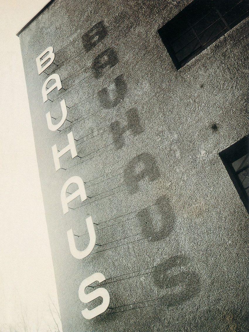 Seite 2 | Bauhaus lettering on the façade of the Bauhaus building in Dessau, ca. 1930 | Copyright: Bauhaus-Archiv, Berlin (inv. 7870)