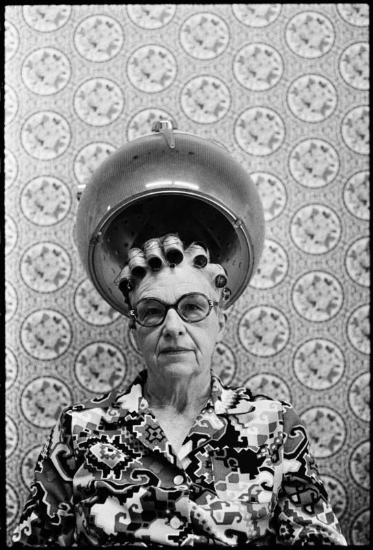 Walter Schels, Beim Friseur, 1974 | Aus der Serie »Beim Friseur« 10 x 15 cm, Silbergelatine-Print, Vintage © Walter Schels | Copyright: © Walter Schels